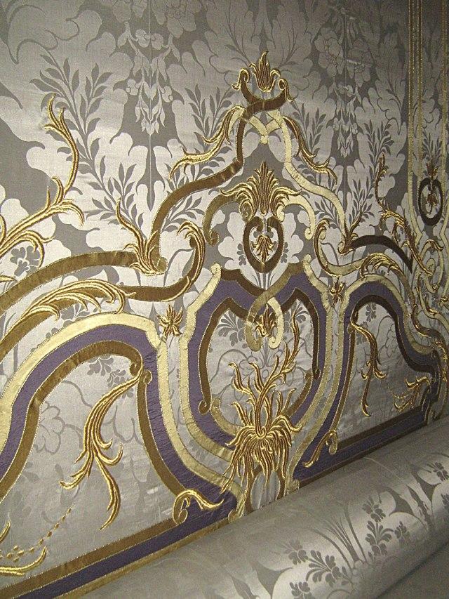 Западная часть дворца. Апартаменты герцогини. Изголовье кровати.