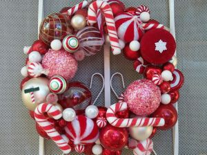 decorations-exterior-interesting-christmas-wreath-decorating-idea-with-christmas-balls-and-candy-canes-decor-with-red-and-white-colors-scheme-30-wonderful-christmas-wreath-ideas-for-your-door-decorat