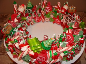 decorations-interesting-white-ceramic-plate-with-adorable-assorted-christmas-candy-for-christmas-centerpieces-idea-30-beautiful-and-elegant-christmas-centerpieces-ideas-that-will-enchant-you